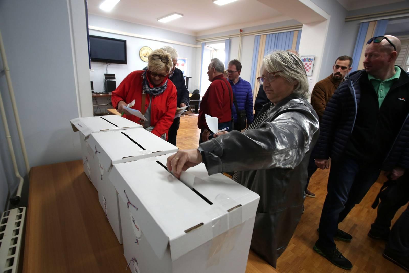 Rijeka: Gužva na glasanju za unutarstranačke izbore u HDZ-u