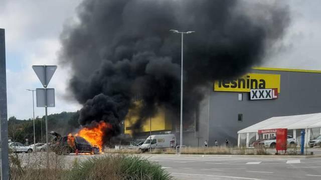 U Puli izgorio skupocjeni BMW zbog kvara na instalacijama