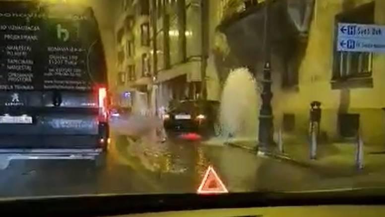 Autom razvalio hidrant u centru, voda šikljala po cijeloj ulici