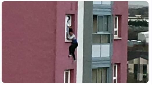 Strava u Glasgowu: Držao ju za kosu kroz prozor stana i pustio