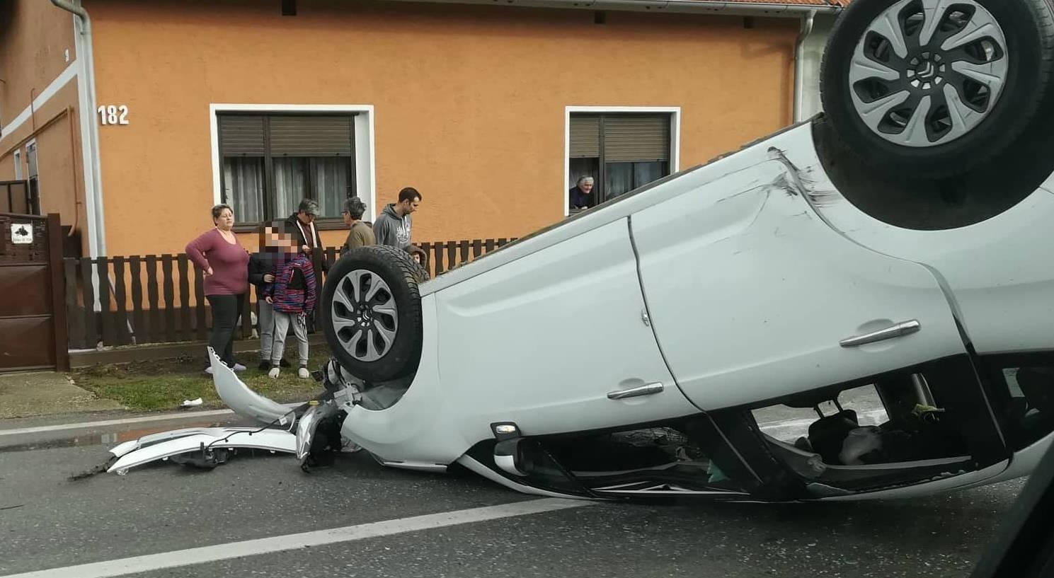 Nesreća u Podravini: Nasred ceste auto je završio na krovu