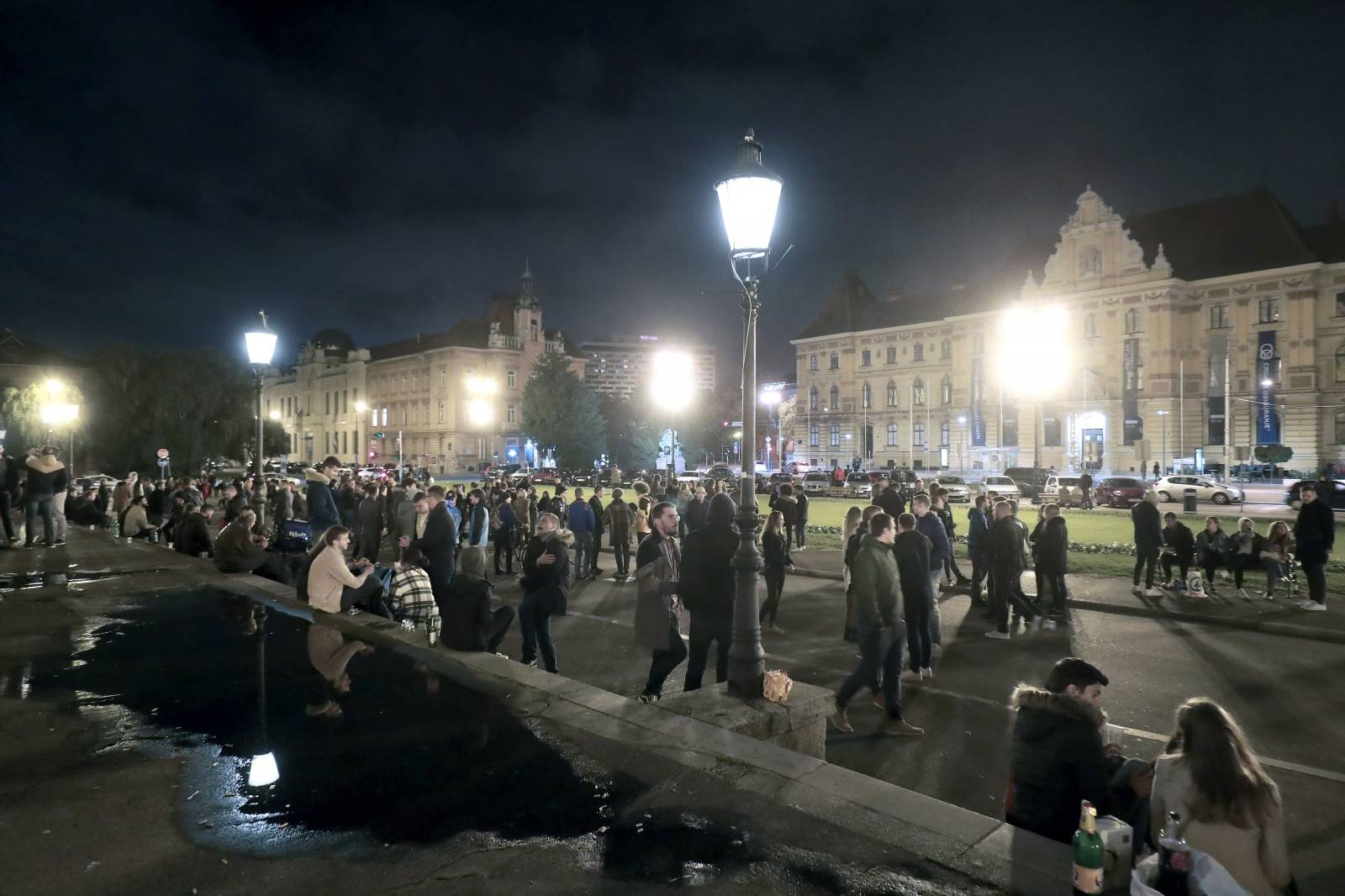 Zagreb: Plato ispred HNK-a proteklih mjeseci postalo je najpopularnije okupljalište mladih
