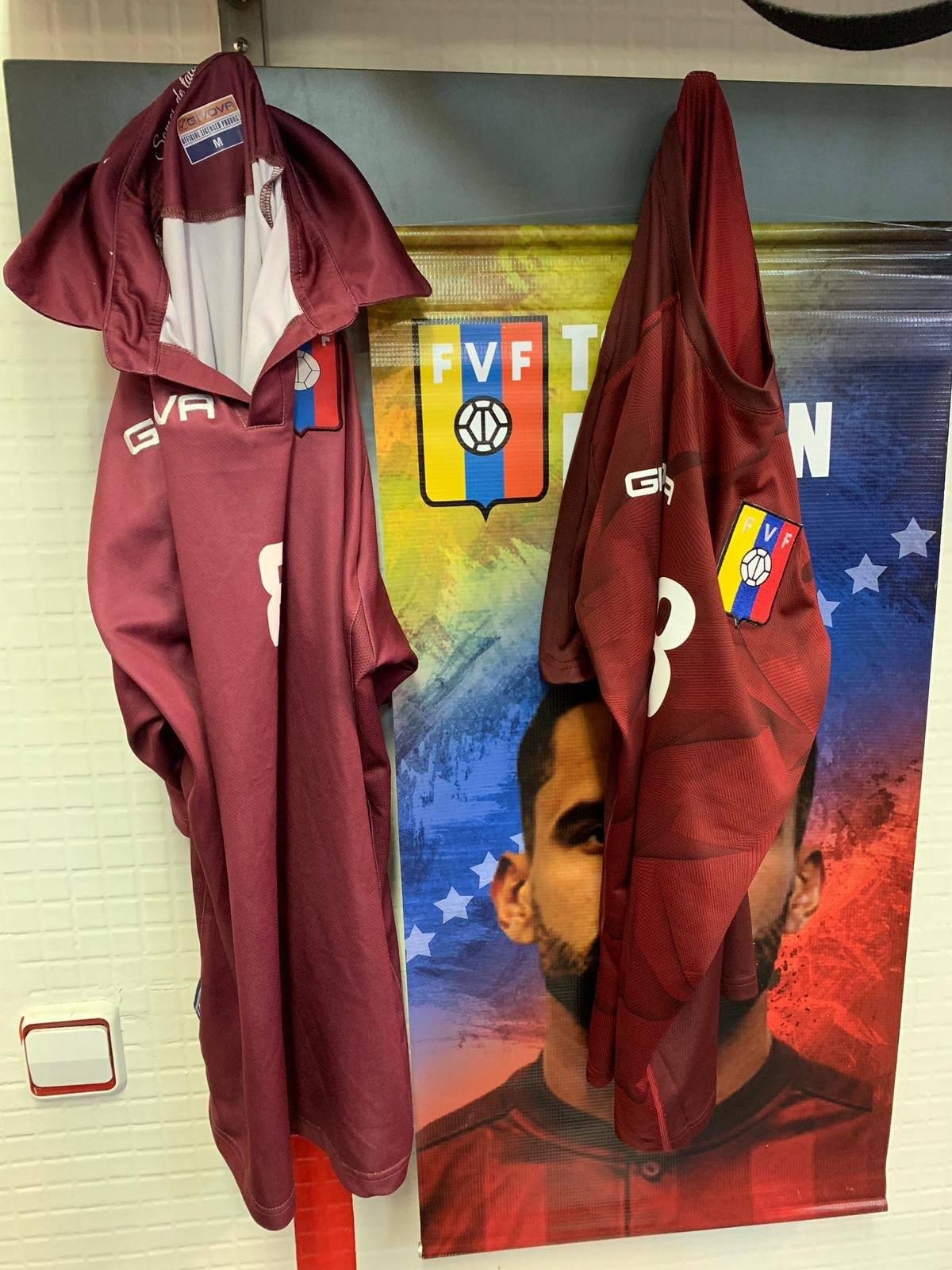 Sponzor kupio dresove za 8€ i na njih zalijepio grb i zastavu!