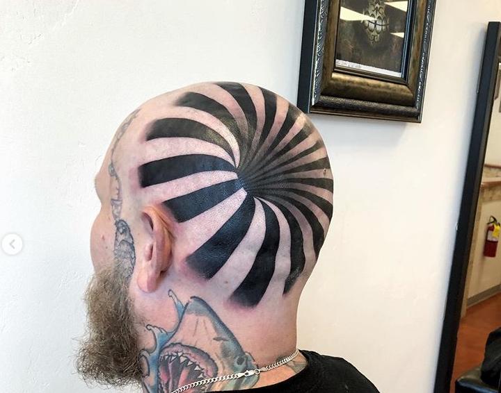 Kakva tetovaža! Na prvi pogled izgleda kao da ima rupu u glavi