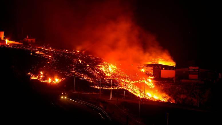 FOTO Vulkan na La Palmi se ne smiruje, rijeke lave gutaju kuće