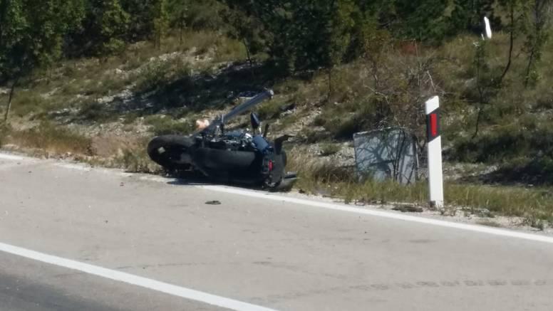 Sudar automobila i motora kod Gračaca: Poginuo motociklist