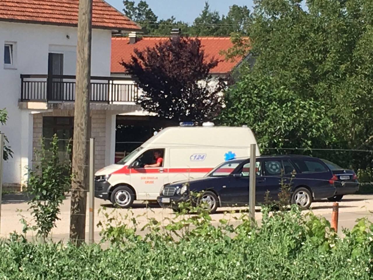 Baš joj se žurilo: Bebu porodio ministar u vozilu Hitne pomoći
