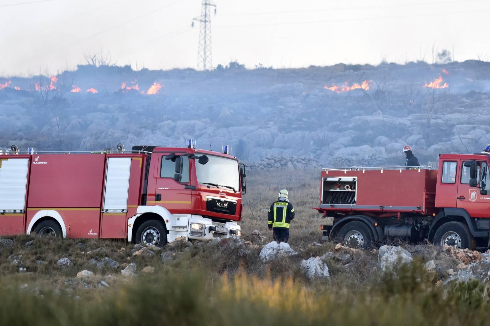 Veliki požar kod mjesta Grebaštica zatvorio jadransku magistralu