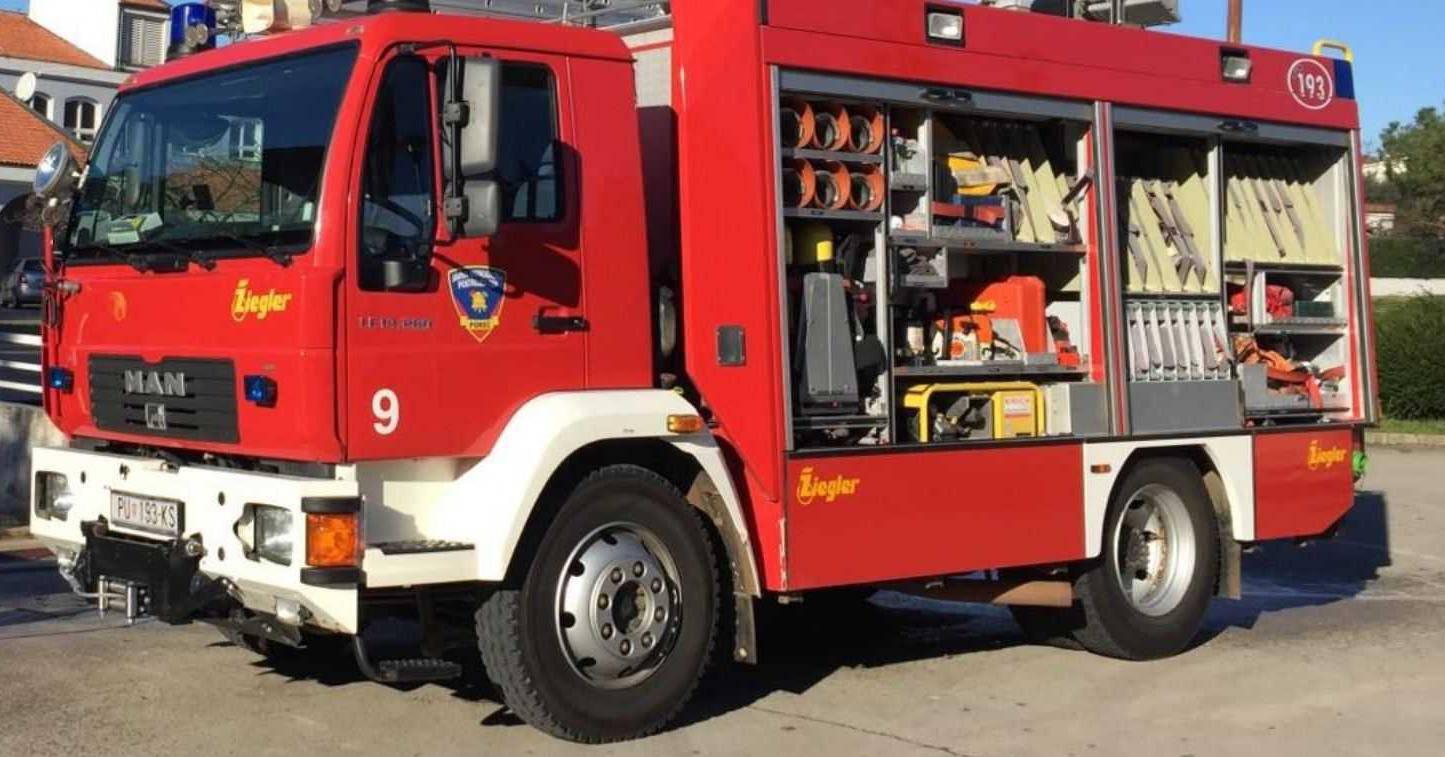 Riječki policajci morali zvati vatrogasce u pomoć da skinu lisice s ruku osumnjičenika