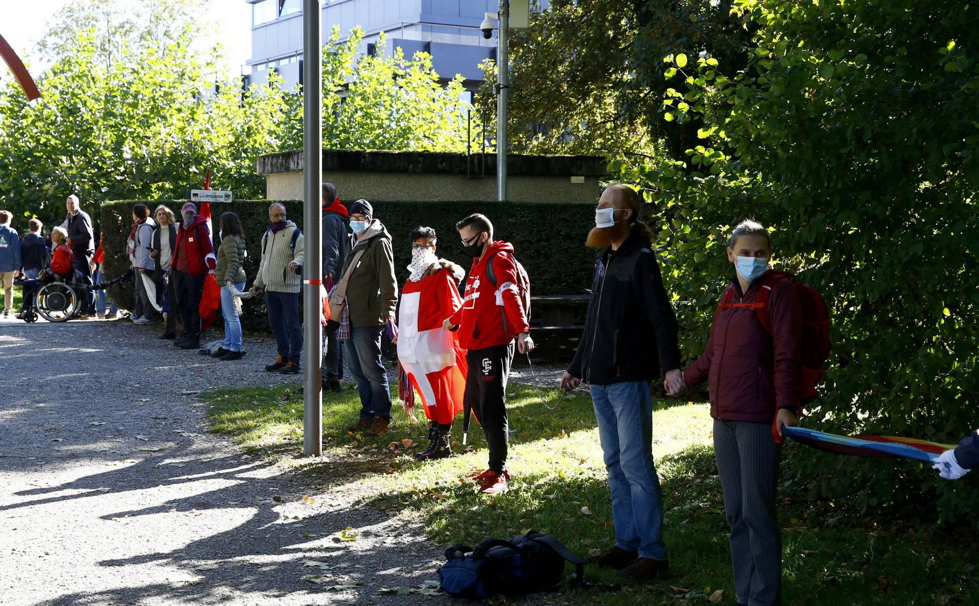 Tisuće ljudi formirali ljudski lanac na švicarskoj granici