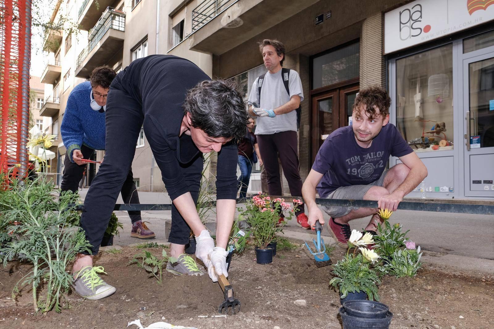 Zagreb: Kao podrška Martini Živković građani sadili vrt na javnoj površini