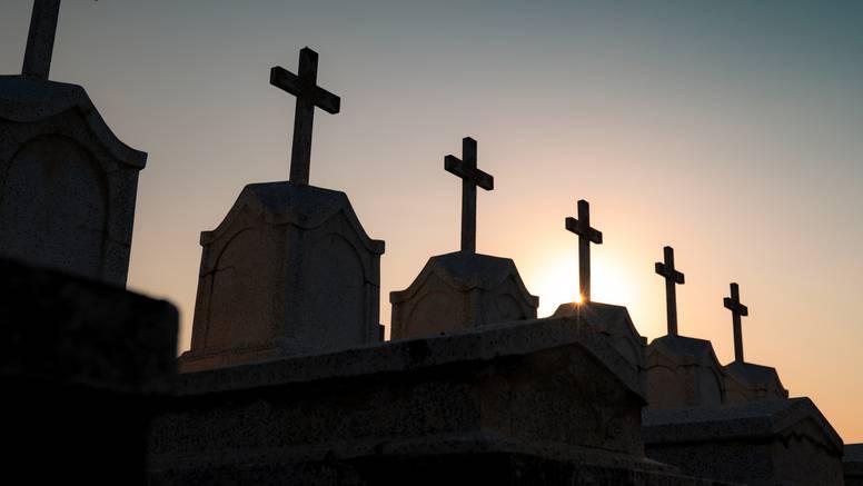 Zbog spora koji traje 21 godinu, ne možemo pokopati našu baku