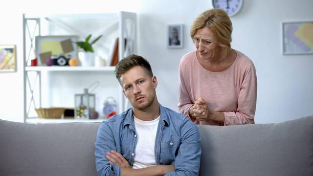 Mama sina (30) istjerala iz kuće metlom jer nije htio ništa raditi