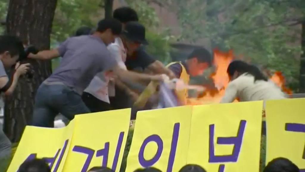 Šok za publiku: Živ se zapalio zbog teško zlostavljanih žena