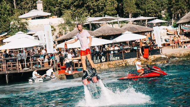 Novo iskustvo: Šampanjac na Hvaru dostavljao 'flyboard guy'