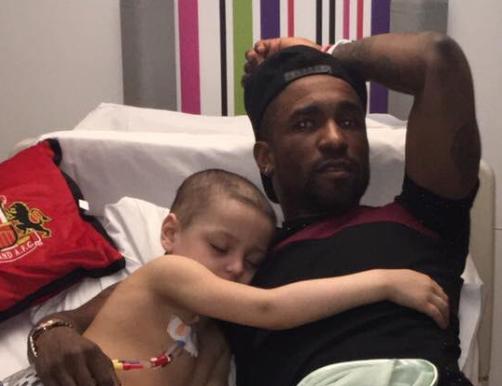 Preslatko: Mali heroj Bradley zaspao je u naručju svog idola