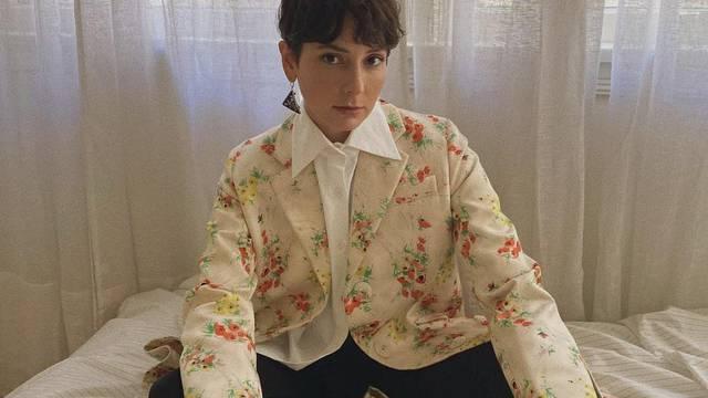 Fina bijela košulja plus kaput ukrašen motivom cvjetnog veza