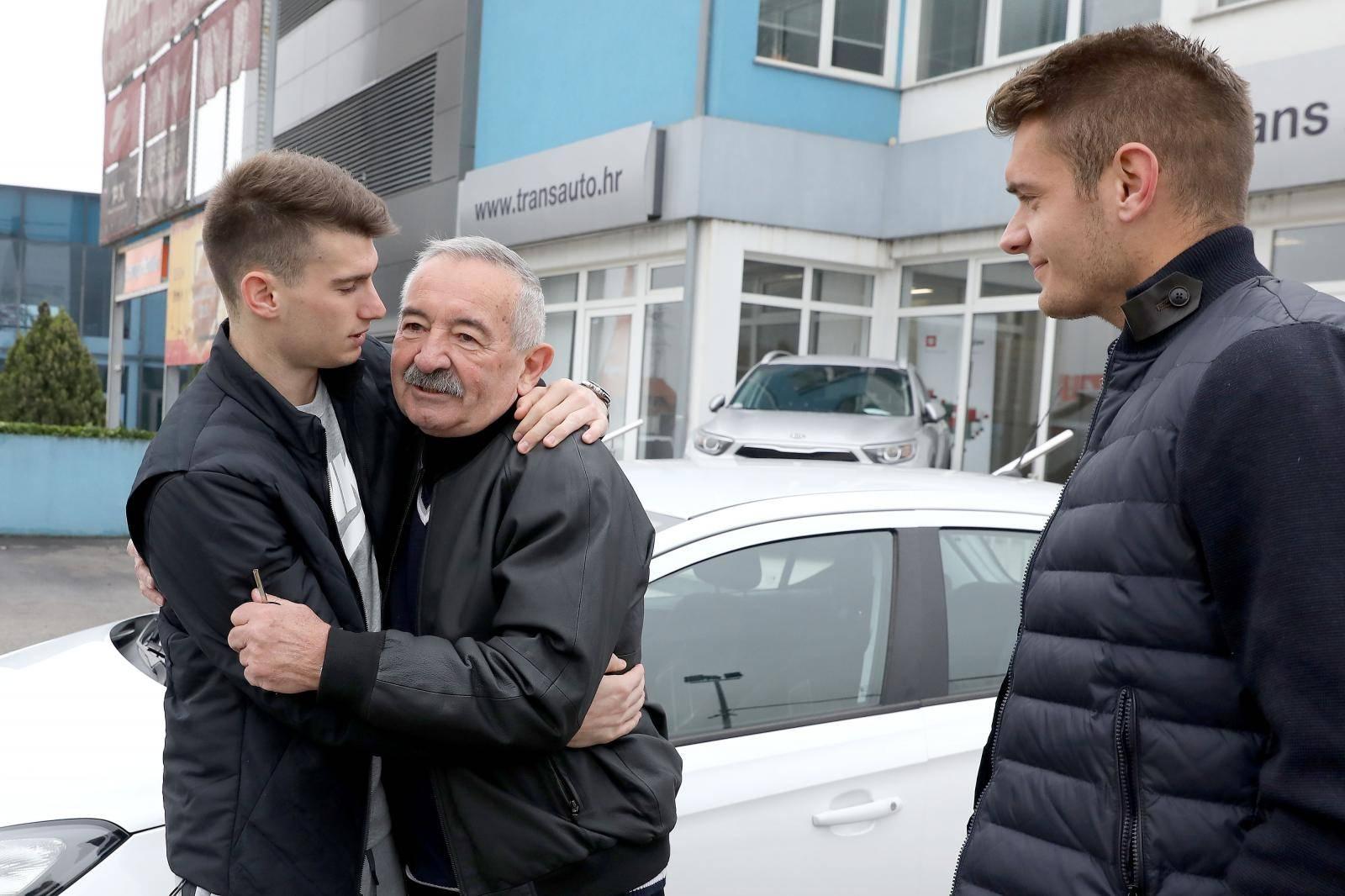 Livaković i Čondrić kupili auto legendarnom treneru golmana!