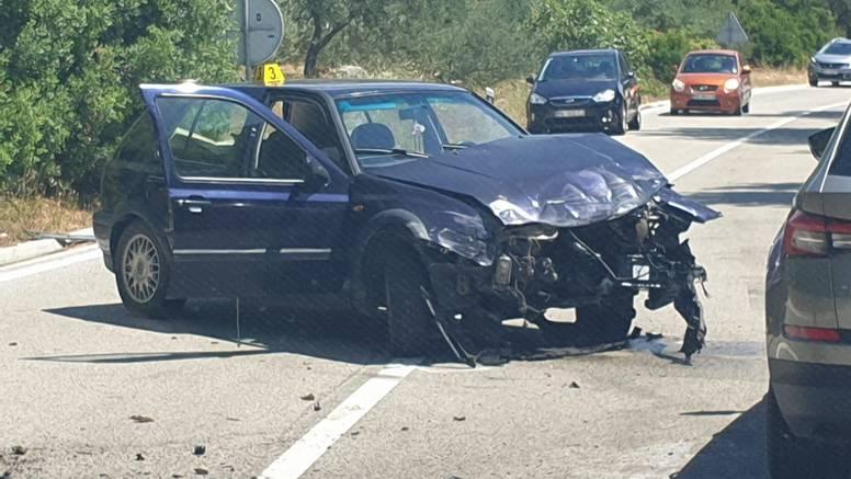 Auto završio na boku, a jednog muškarca su prevezli u bolnicu
