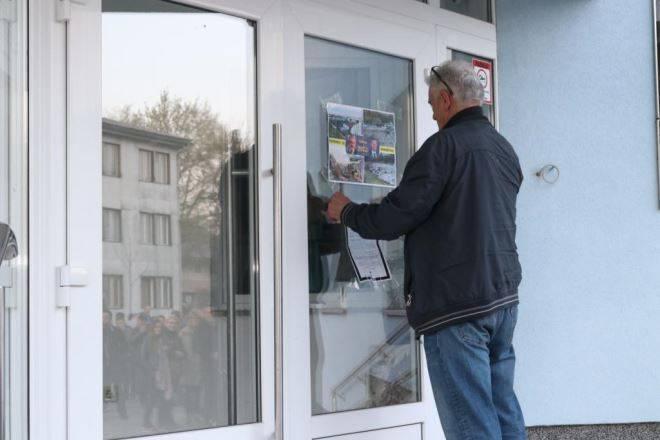 Prosvjednici bacali kamenje na zgradu općine, stigla je i hitna