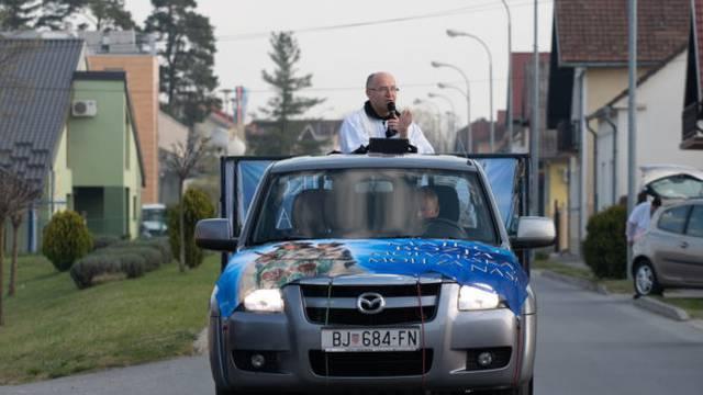 Župnik u Molvama za Uskrs iz automobila blagoslovio hranu
