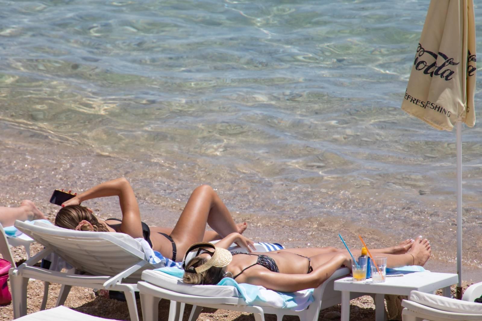 Plaže u Splitu i Dubrovniku pune turista koji hvataju sunce