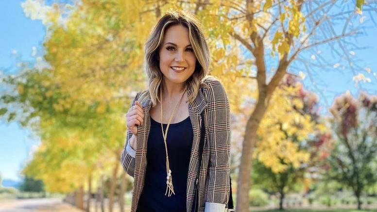 Sunčani jesenski outfit: Zlatna ogrlica na traperice i crne čizme