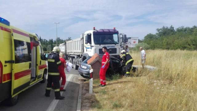U Malinskoj se sudarili kamion i auto: Vozačica umrla u bolnici