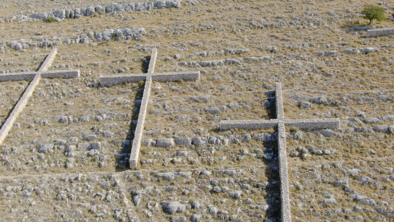 Digli smo dron iznad Velikog Kornata: 12 kamenitih križeva u spomen na heroje vatrogasce