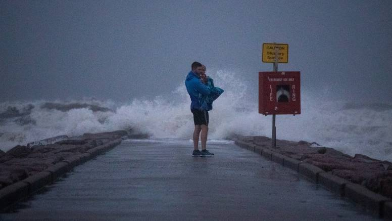 Nicholas postao uragan: Digla se razina mora, pada jaka kiša, prijete poplave opasne po život