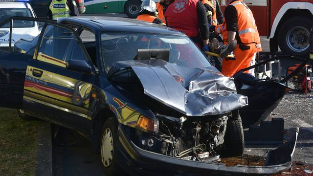 Sloboština: Vatrogasci izvlačili ozlijeđeni par iz skršenog auta