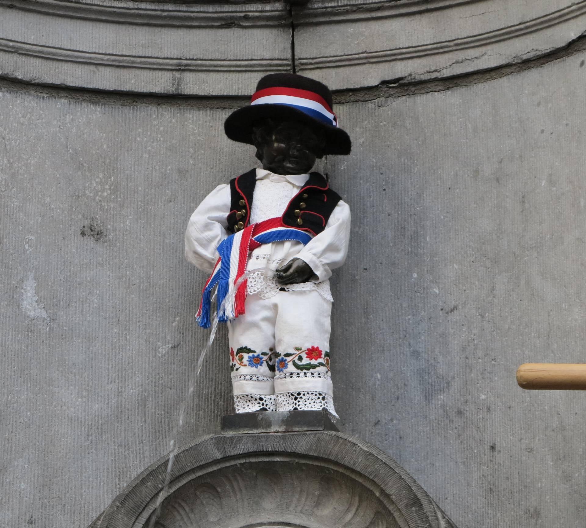 Jedan od simbola Bruxellesa odjeven u hrvatsku narodnu nošnju