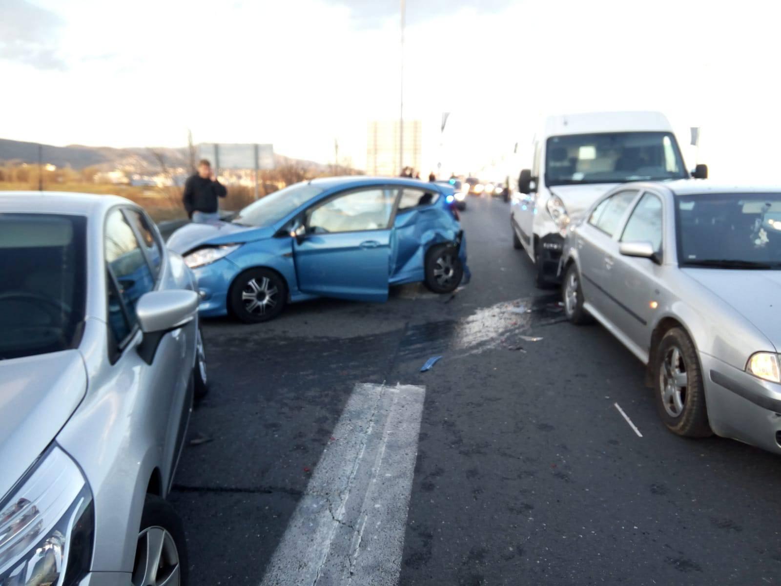 Sudarila se dva automobila i kombi, jedan čovjek je ozlijeđen