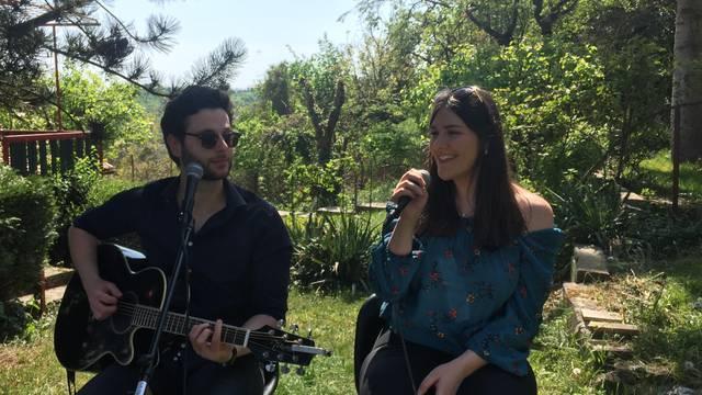 Lorena i Filip pjevali susjedima, oni ih častili kolačima i vinom