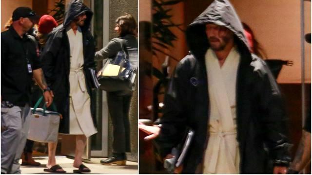 Reevesa paparazzi 'ulovili' na setu: Šeta u ogrtaču i šlapama