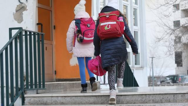 Šibenik: Učenici nižih razreda krenuli u školu, ostali idu online