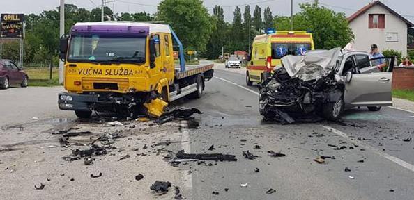 Frontalni sudar auta i kamiona, vozač auta je teško ozlijeđen