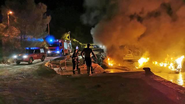 Gumenjak na Hvaru nestao u plamenu, vlasnik broda hitno prebačen u Split zbog opeklina