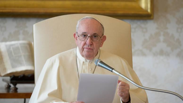 Papa molio Angelus iz knjižnice: 'Pomolimo se za sve koji trpe progon zbog Isusovog imena'