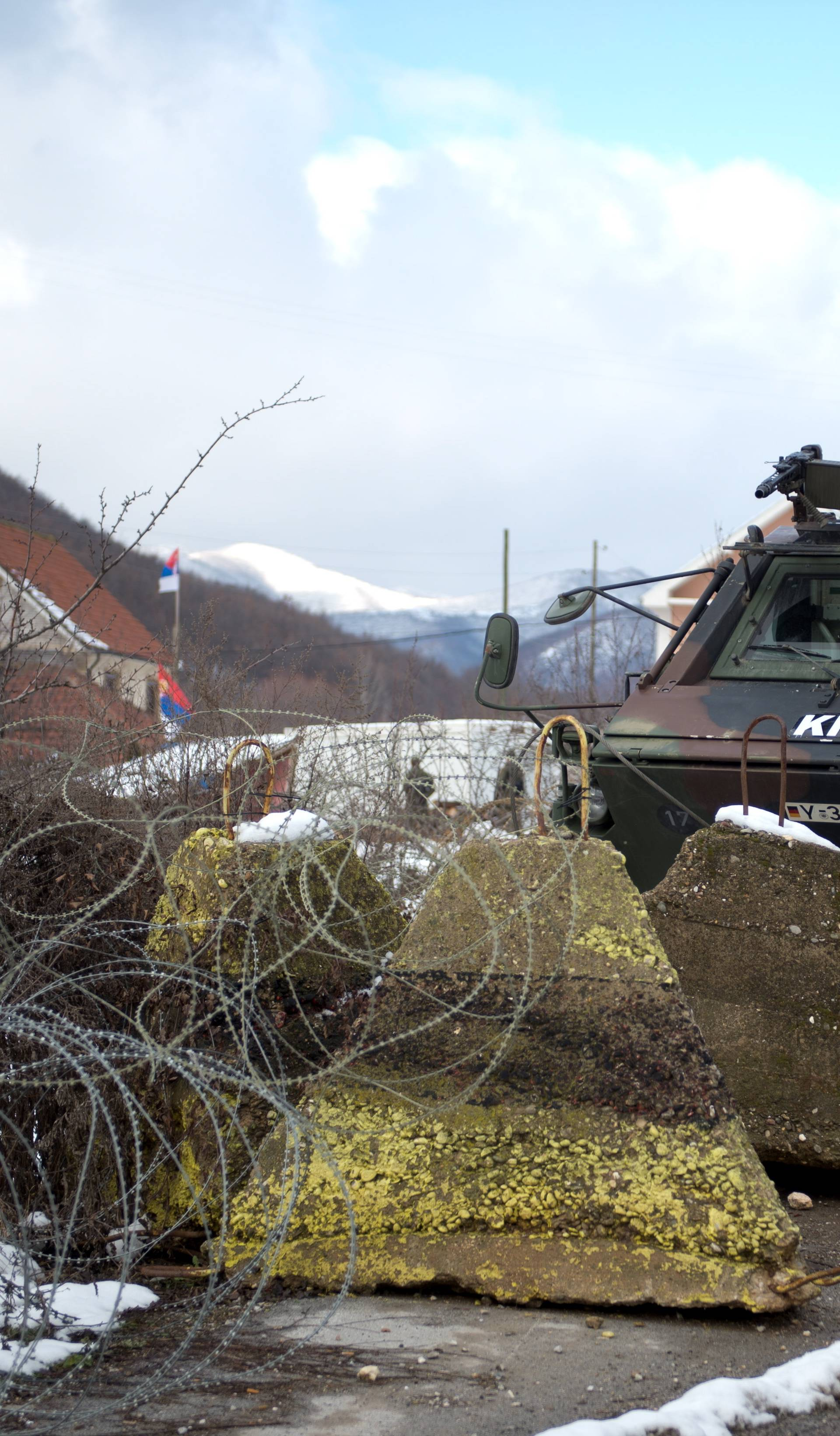 Verteidigungsminister de Maiziere besucht den Kosovo