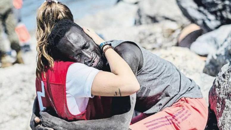 Volonterka zagrlila migranta: Nakon odvratnih izljeva mržnje iz ove slike nastao je - pokret