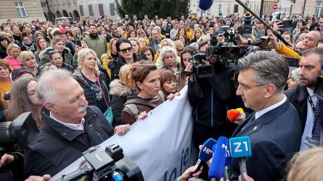 Zagreb: Premijer Andrej Plenković ispred prosvjednika na Trgu svetog Marka