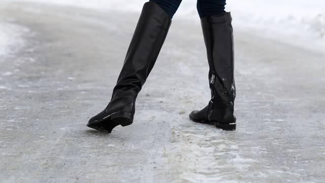 Znanstvenici otkrili kako hodati po ledu - i nećete se poskliznuti
