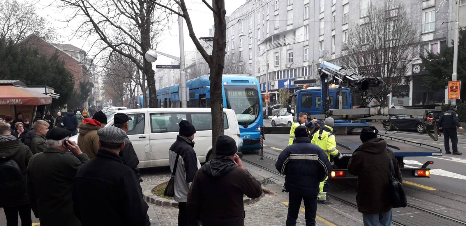 Bezobrazni vozač parkirao kod pruge, tramvaji ostali blokirani