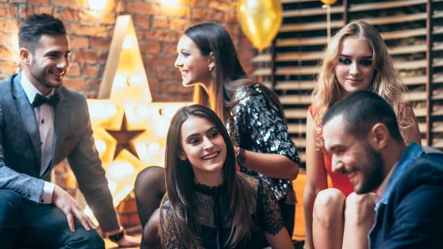 Što je natjecateljski flert i kako ga žene koriste da odbiju konkurentice od svoje 'mete'?