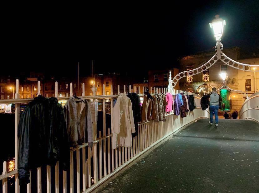 Ostavljaju kapute i jakne na mostu, za one kojima je hladno