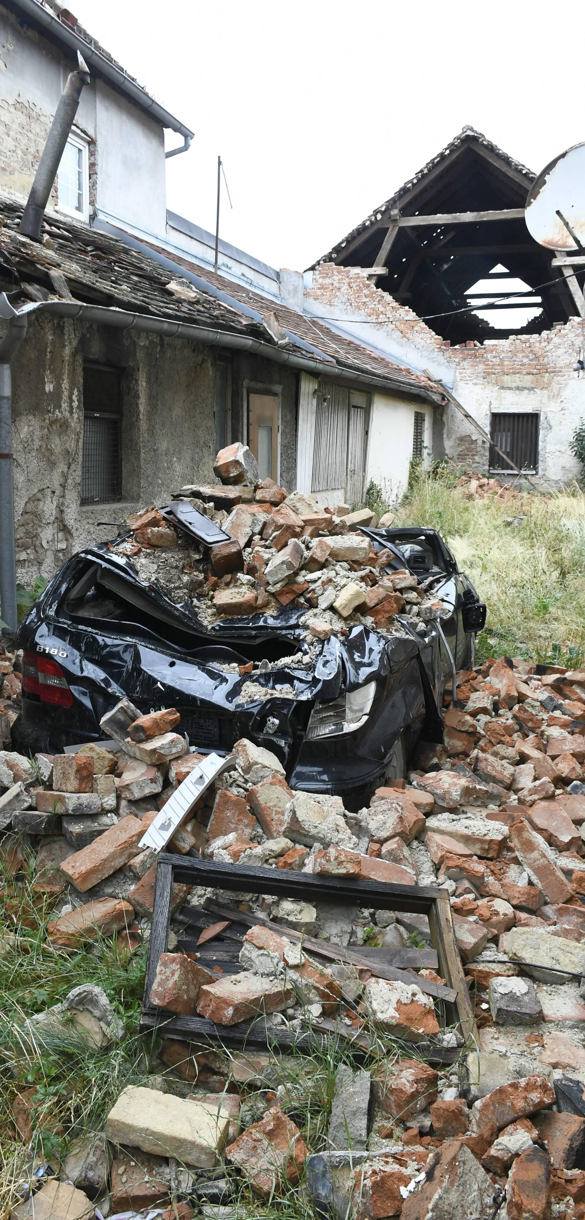 Petrinja: Šest mjeseci nakon potresa Mercedes još uvijek prekriven ciglama