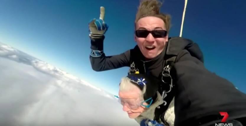 Sad ili nikad! Baka za svoj 100. rođendan skočila s padobranom