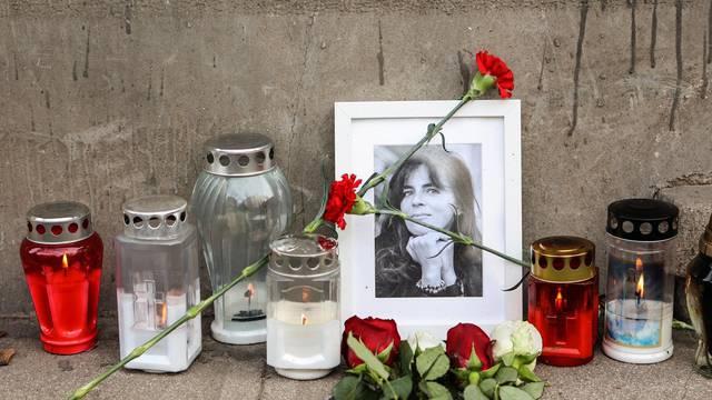Zagreb: Svijeće i cvijeće za Miru Furlan ispred stana u kojem je nekad živjela