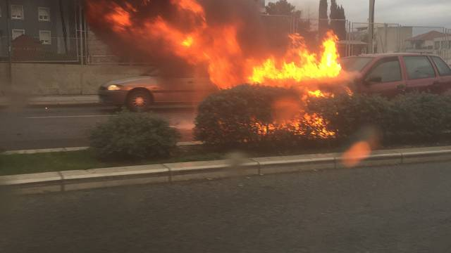 Automobil se zapalio u vožnji, vozač uspio na vrijeme iskočiti